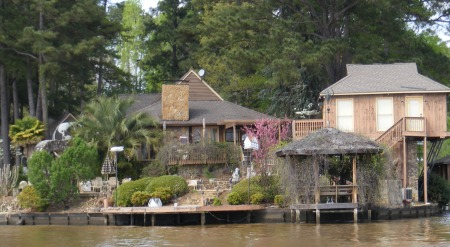 House with nice garden on Lake Oliver